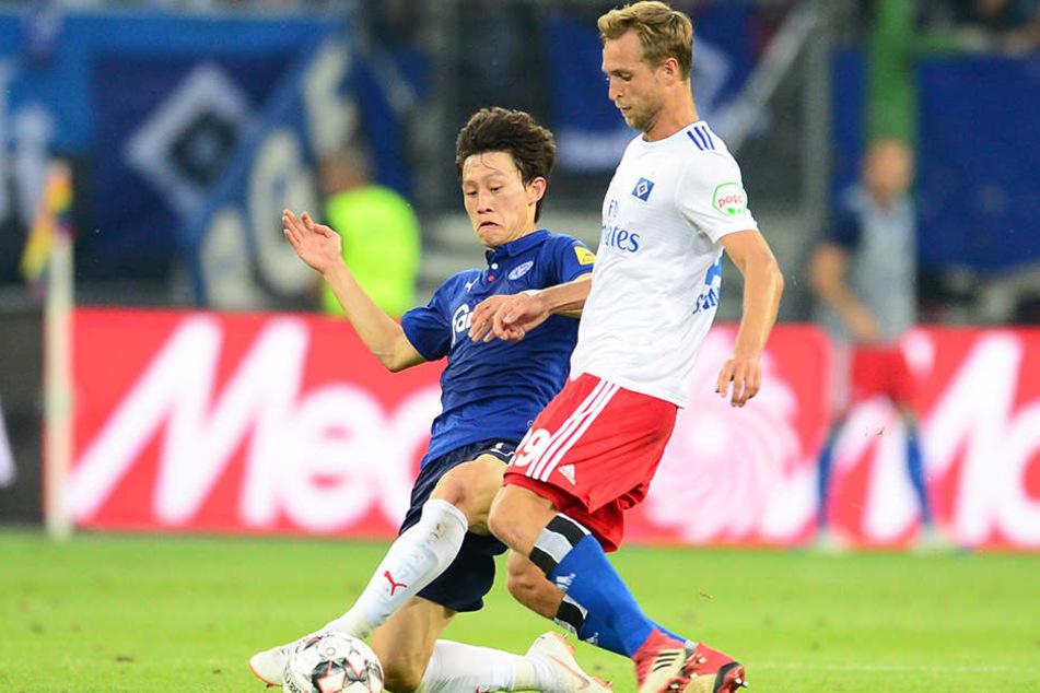 Matti Steinmann (rechts) gegen den Kieler Jae-Sung Lee im Zweikampf.