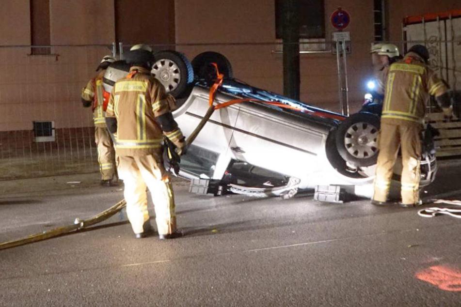 Die Helfer holten den schwer verletzten Fahrer aus dem Auto. Anschließend wurde er in ein Krankenhaus gebracht.