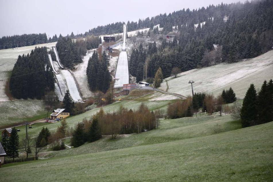 Auch die Schanzen am Fichtelberg waren am Dienstagmorgen leicht mit Schnee überzogen.