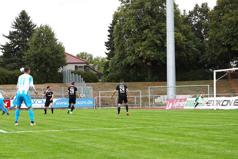 Anfang September feierte der CFC einen 4:2-Sieg gegen Halberstadt. Zur Pause lag der Spitzenreiter noch 1:2 hinten. Hier hat Tobias Müller (ganz l.) gerade das 1:0 für die Himmelblauen erzielt.