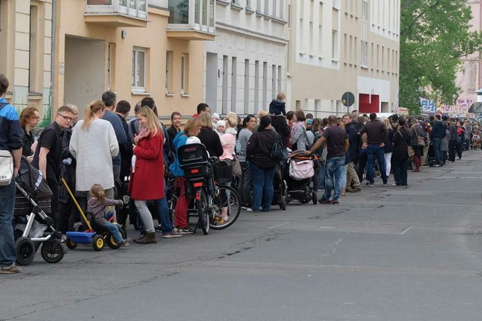 Am 13.5. standen in der Leipziger Südvorstadt hunderte Eltern für einen Kita-Platz Schlange. Dieser Zustand sorgte deutschlandweit für Empören.