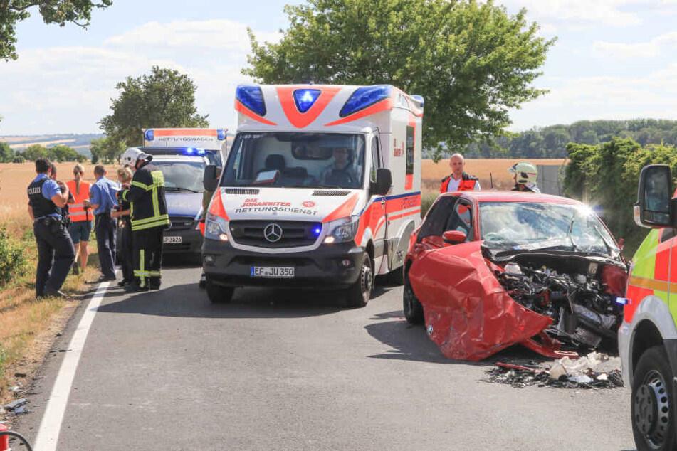 Drei Menschen wurden auf der Straße schwer verletzt, mussten versorgt werden.