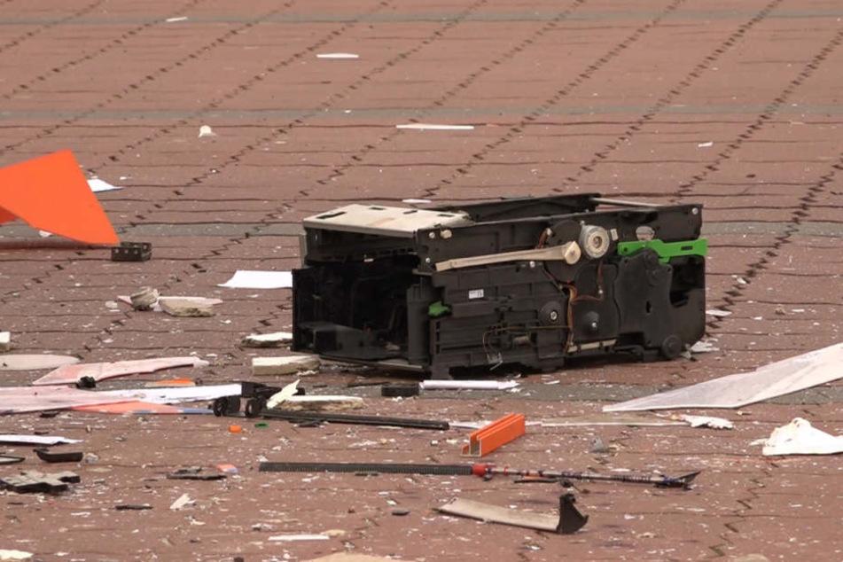 Die Explosion war so heftig, dass überall Teile des gesprengten Automaten herumliegen.
