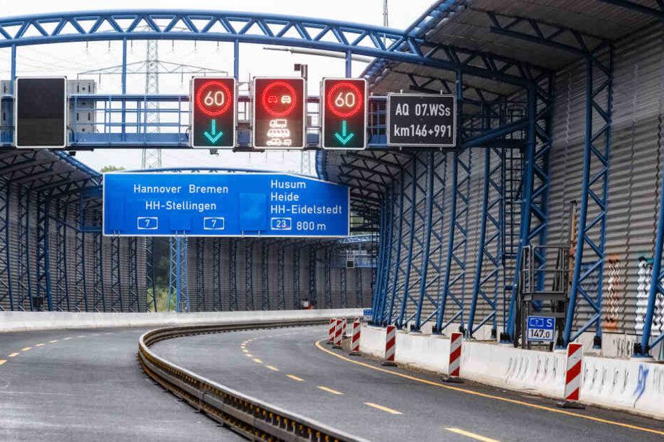 Schallschutzwände sind hinter der ersten Röhre des Lärmschutzdeckels Schnelsen an der A7 in Richtung Süden zu sehen.