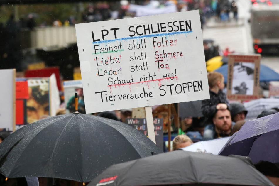 Teilnehmer demonstrieren in Hamburg-Neugraben gegen Tierversuche.