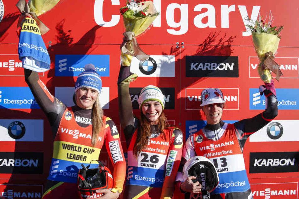 Stark! Erstmal nahm Julia Taubitz in der Mitte Platz und ließ sich für ihren Sieg vor Natalie Geisenberger (r.) und der Kanadierin Kimberley McRae feiern.