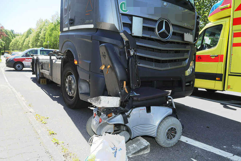 Lkw erfasst Rolli-Fahrer in Dresdner Wohngebiet