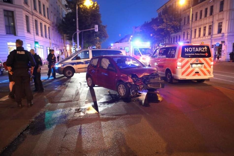 Auf einer Kreuzung auf der Schenkendorfstraße ist Mittwochabend ein Pkw mit einem Polizeiwagen kollidiert.