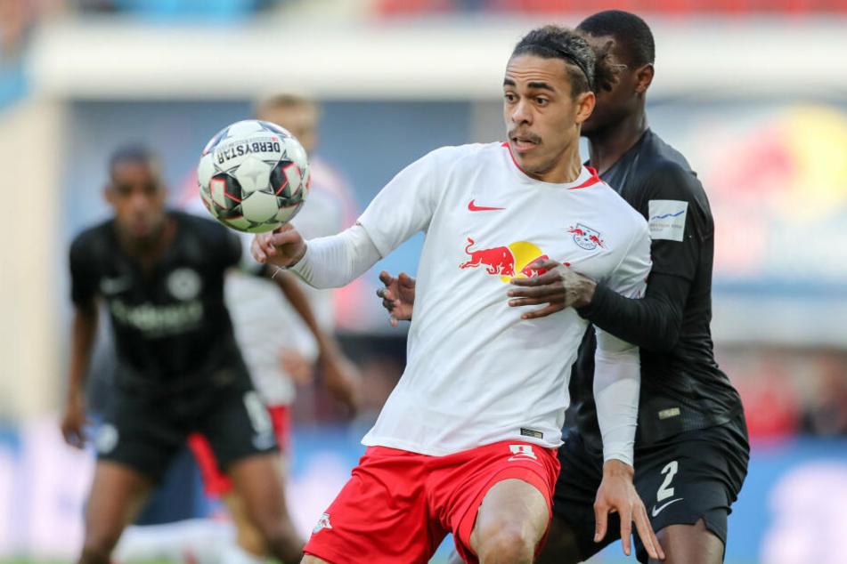 Frankfurts Evan N'dicka (Re.) hat Leipzigs Yussuf Poulsen fest im Griff.