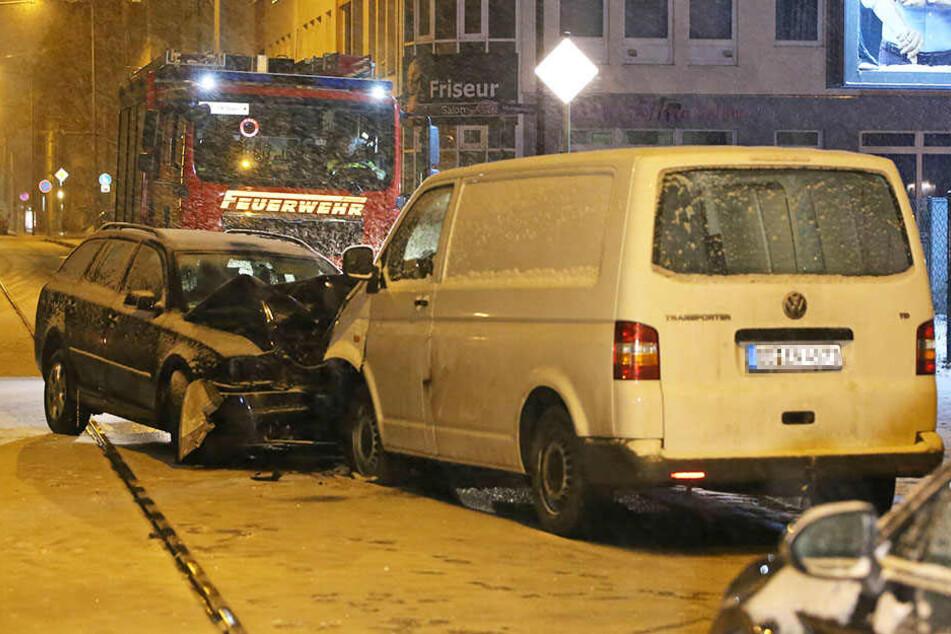 Der Skoda Octavia geriet auf der Schäferstraße auf die Gegenfahrbahn und knallte in den VW T5 Bus.