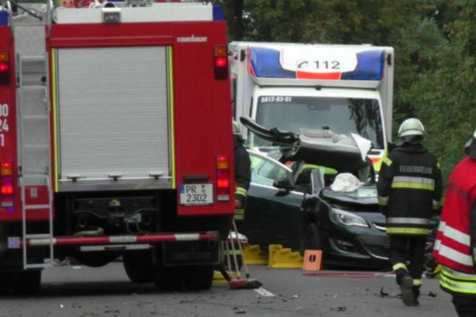 Schwerer Unfall: Opel kracht frontal mit Lkw zusammen, Gaffer schwer verletzt!
