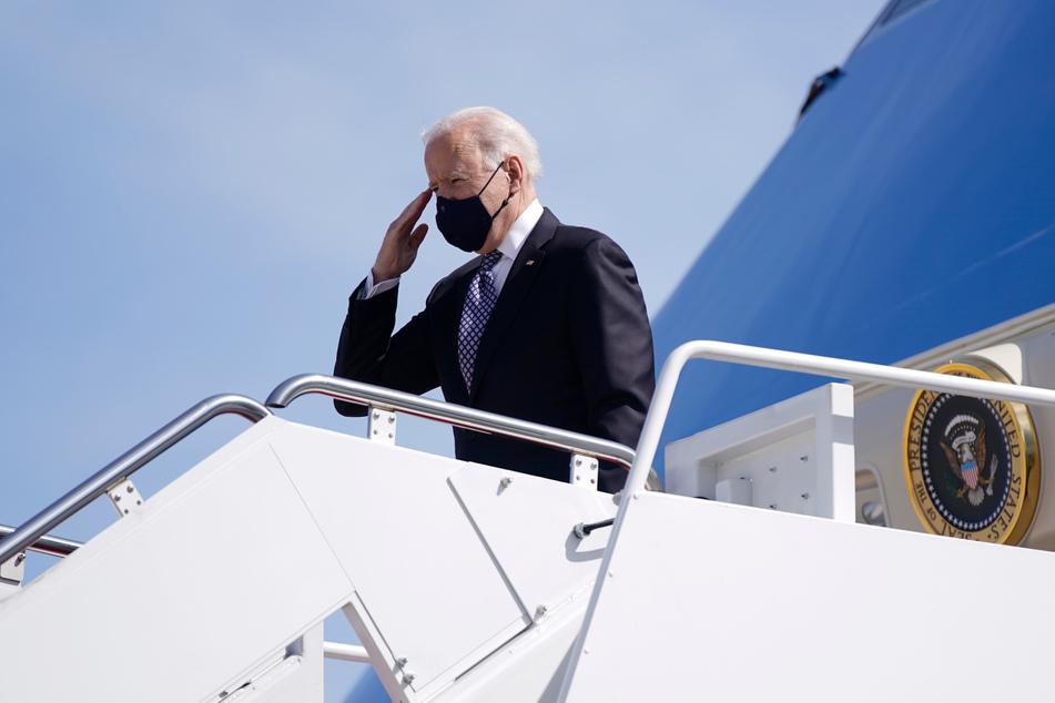 Biden salutierte, als er (endlich) oben angekommen war.
