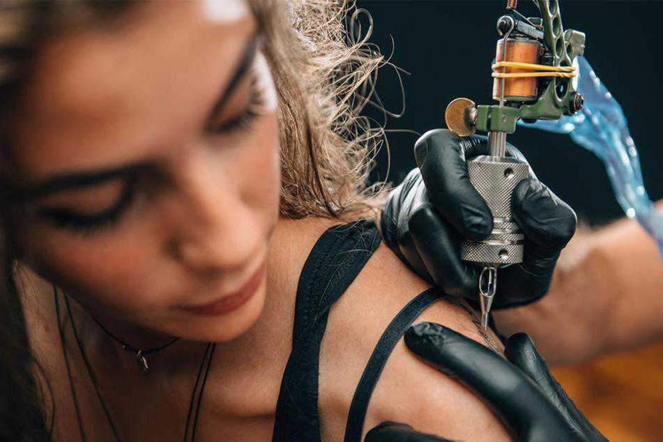 Ein Tippfehler in ihrem Tattoo veranlasste die schwedische Mutter zu einer ungewöhnlichen Maßnahme. (Symbolbild)