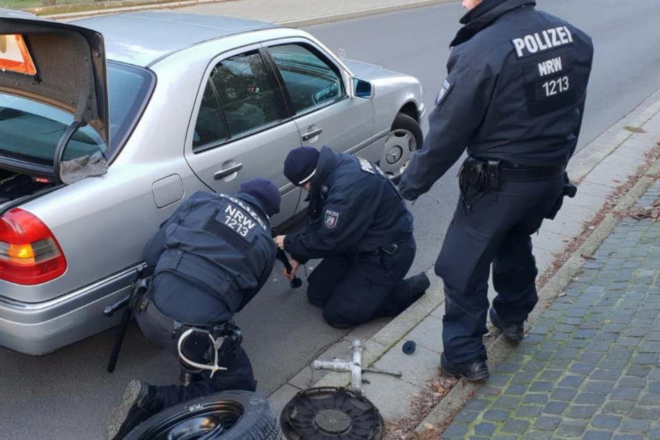 Gute Tat: Drei Polizisten beim Reifenwechsel eines Autofahrers in Witten.