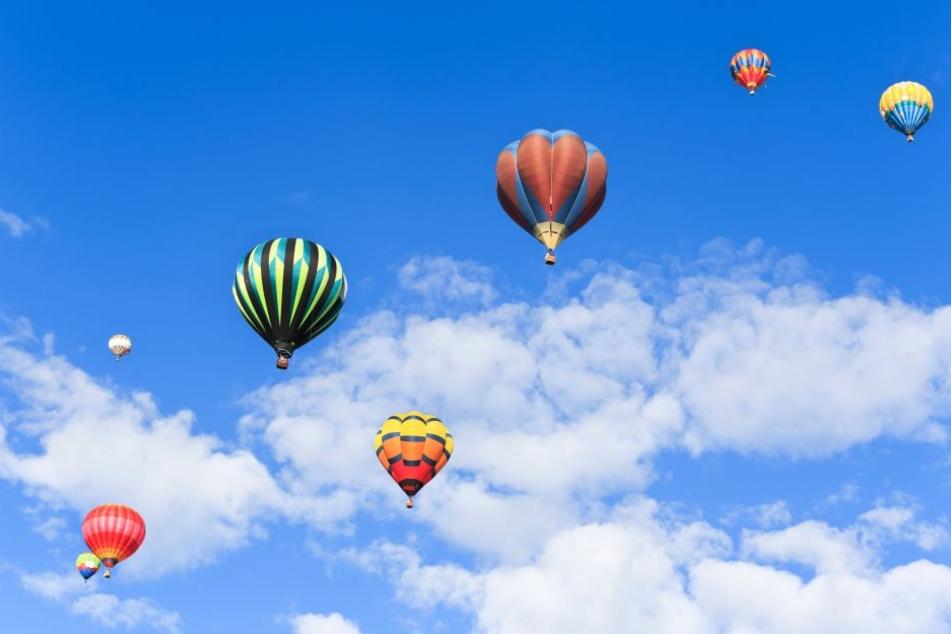 Heißluftballons in der Luft.