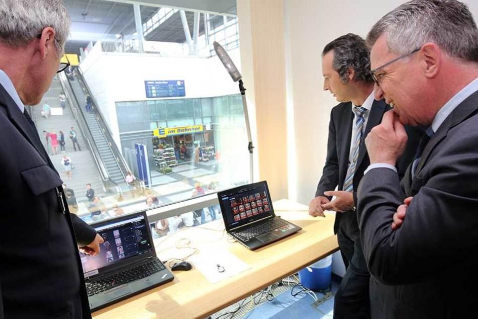 Bundesinnenminister Thomas de Maizière (CDU) informiert sich im Bahnhof Südkreuz in Berlin über das Pilotprojekt zur Gesichtserkennung.