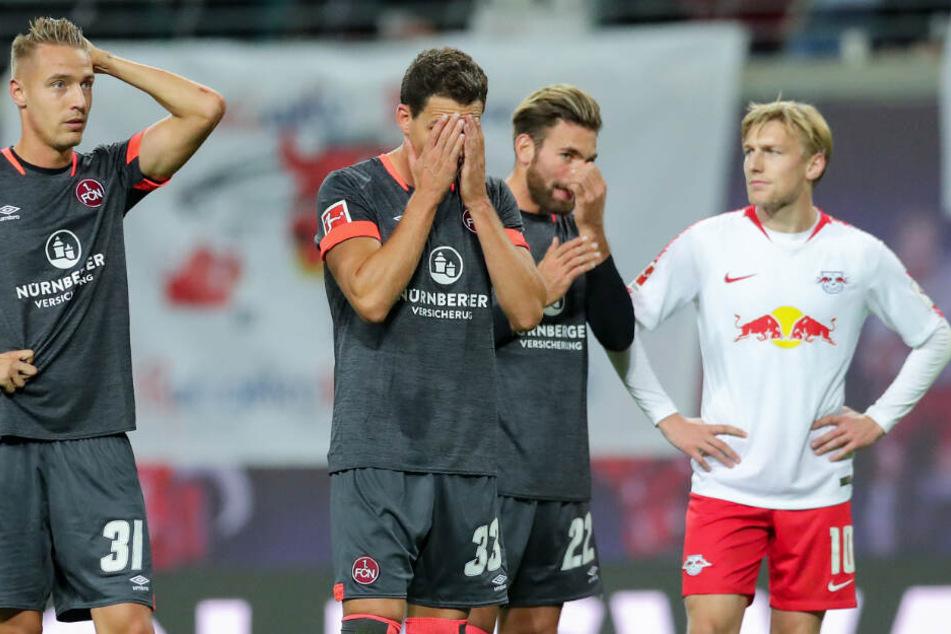 V. l. n. r.: Ondrej Petrak, Georg Margreitter und Enrico Valentini stehen enttäuscht auf dem Rasen. Rechts RB Leipzigs Emil Forsberg, der im vergangenen Oktober mit seiner Mannschaft ein 6:0 gegen den 1. FC Nürnberg erzielte.