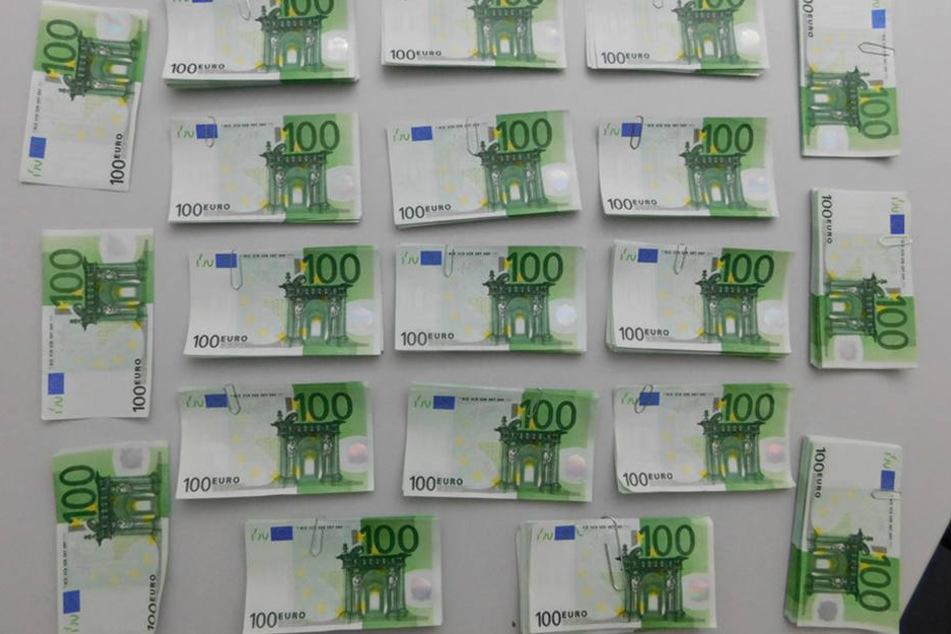 Mit diesen gefälschten Hundert-Euro-Scheinen wollten die Männer den Porsche bezahlen.