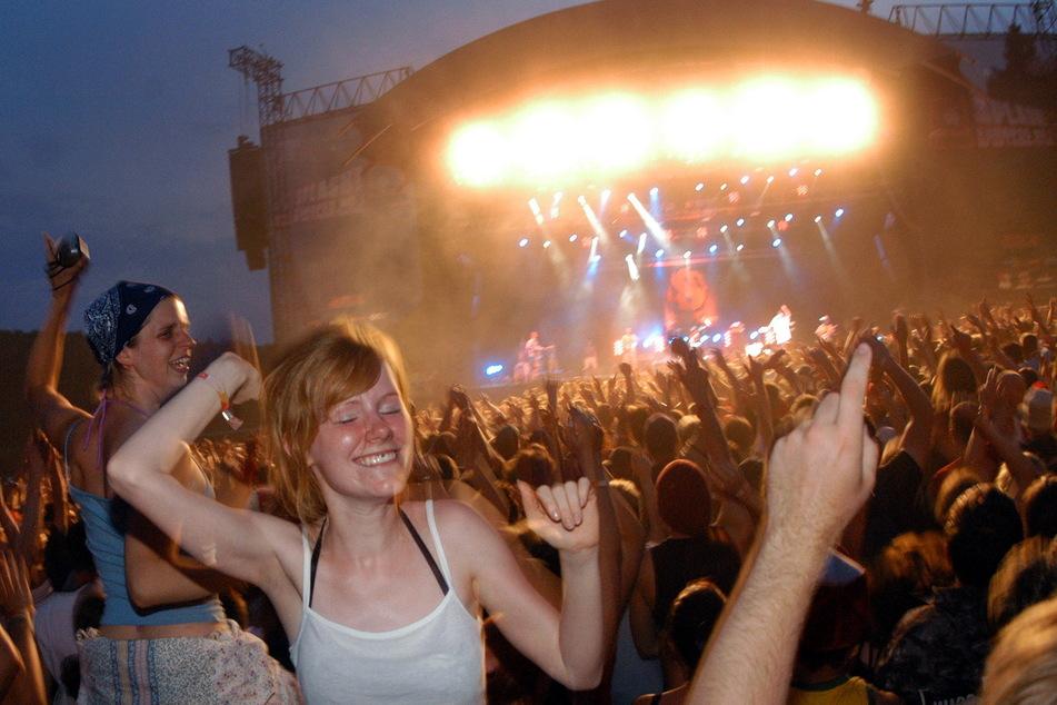 """Alle Hände in die Luft: HipHop-Fans feiern ihre Stars vor der """"Splash""""-Bühne."""