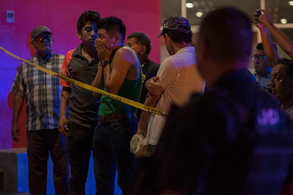 Sichtlich schockiert versammeln sich mehrere Gäste des Nachtclubs in Coatzacoalcos nach der Tat.