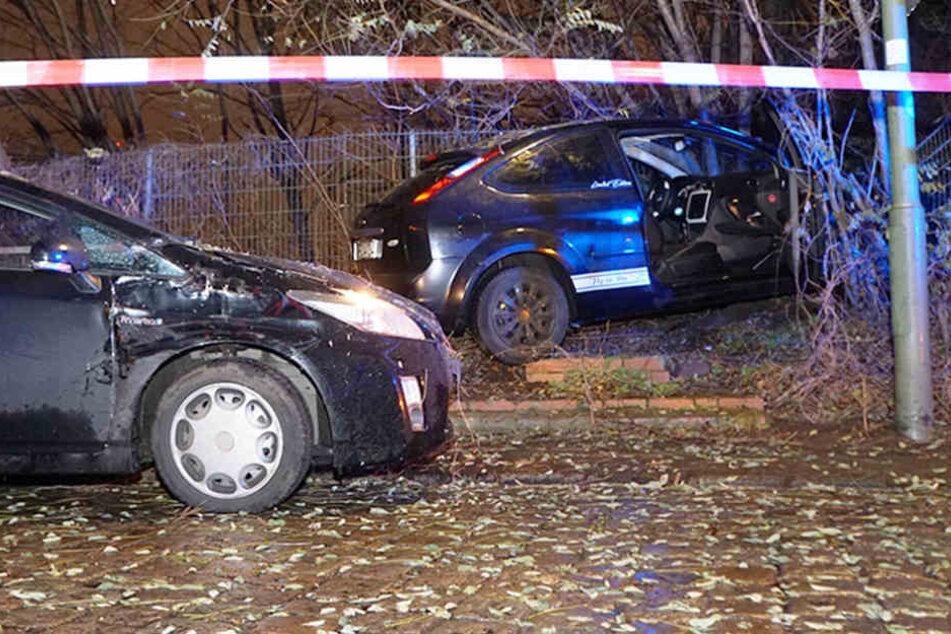 Spektakuläre Verfolgungsjagd: Gesuchter Fahrer gibt Vollgas und landet im Zaun