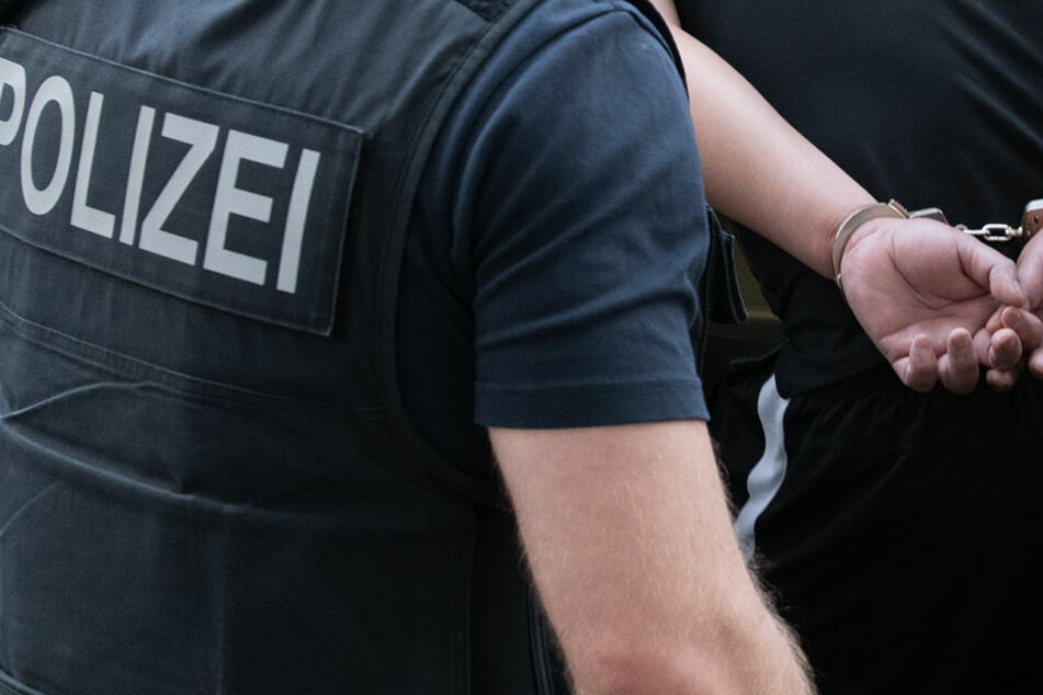Am Mittwoch durchsuchte die Polizei die Asyl-Unterkünfte von vier Männern und zwei Frauen. (Symbolbild)