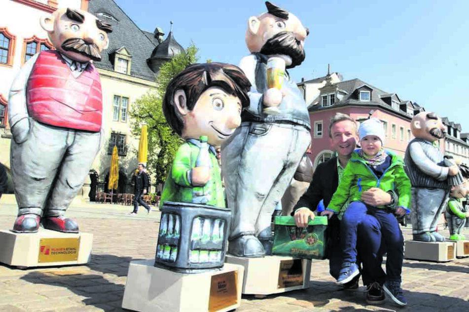 Vater-und-Sohn-Parade auf dem Altmarkt. 15 Figuren-Paare sollen die Innenstadt neu beleben.