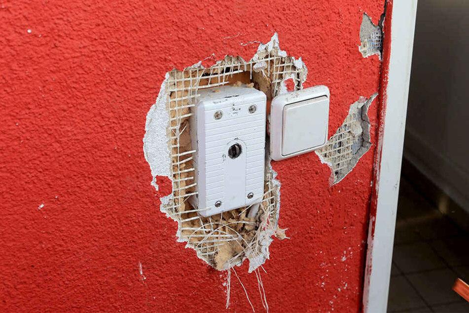 Die Gauner haben versucht, die Alarmanlage zu demontieren und dabei gleich  noch den Putz von der Wand gehackt.