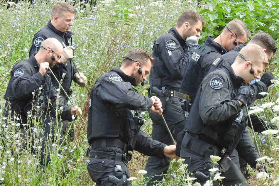 Polizisten durchkämmten im Juli 2019 die Umgebung des Tatorts nach Spuren.
