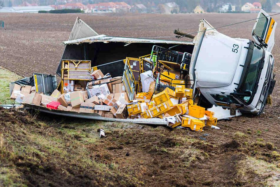 Die Paket-Ladung des Lkws landete im Feld.