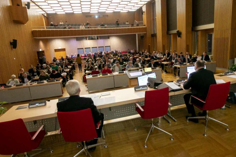 Mit knapper Mehrheit wurden alle Tagungspunkte im Dresdner Stadtrat vertagt.