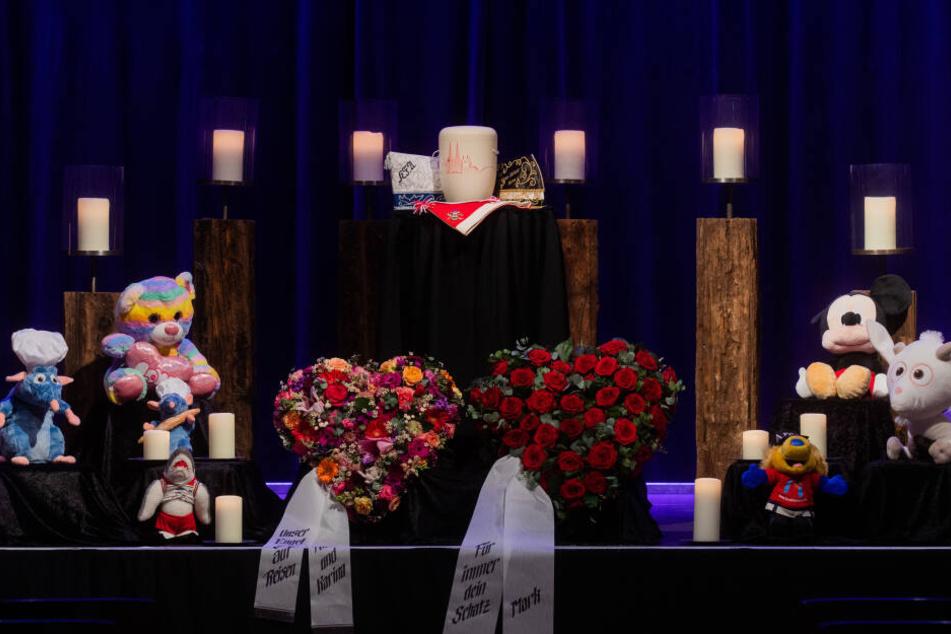 Die weiße Urne des Verstorbenen steht bei der Trauerfeier für den erstochenen Mitarbeiter der Stadt auf Narrenkappen.