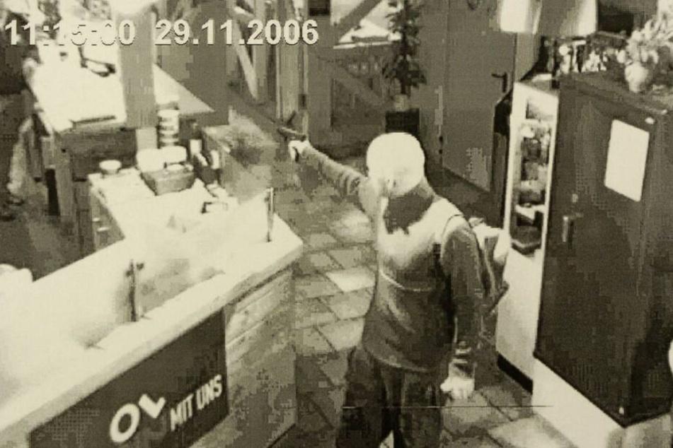 Schreckensmoment: Im November 2006 richtet ein Kunde die Leihwaffe auf das Schießkeller-Personal und flüchtet anschließend.