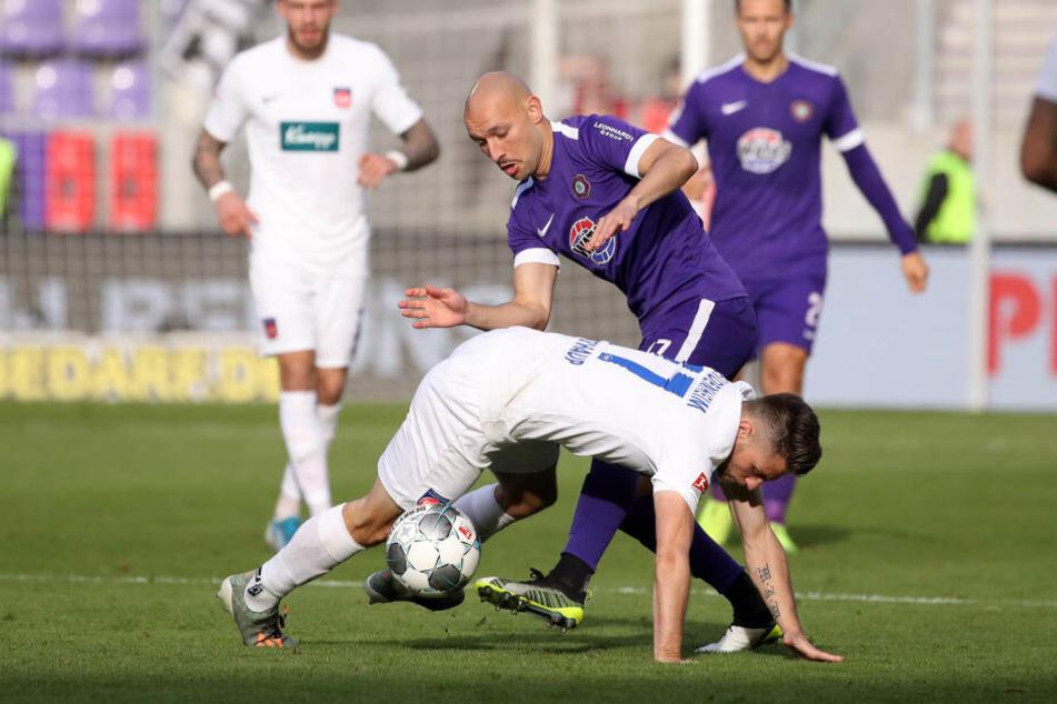 Maurice Multhaup vom 1. FC Heidenheim im Zweikampf mit Philipp Riese vom FC Erzgebirge Aue.