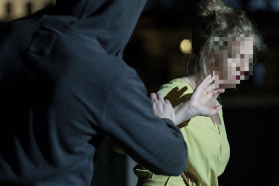 Mann fragt Mädchen (16) nachts nach dem Weg, dann drückt er sie plötzlich zu Boden