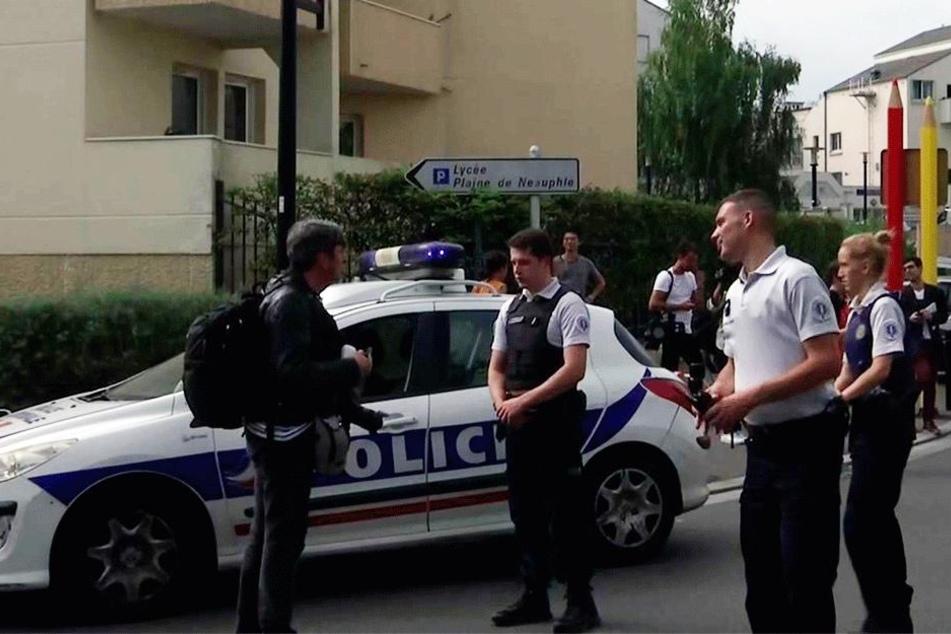 Beamte der französischen Polizei arbeiten am Einsatzort.