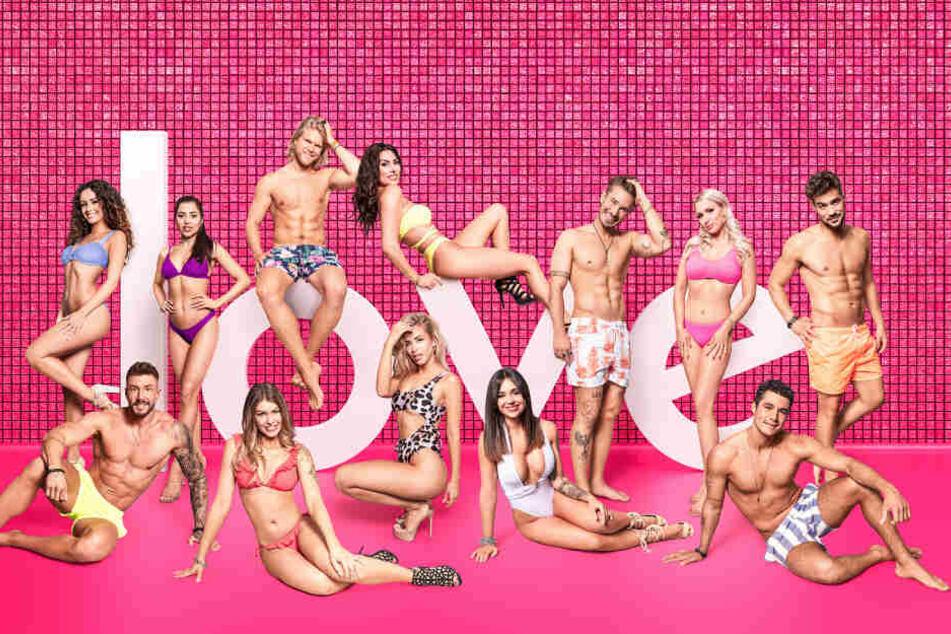Eine Gruppe aufgeregter Singles erwartet die kommenden vier Wochen wilde Partys, heiße Flirts und viel Spaß unter der Sonne Mallorcas.