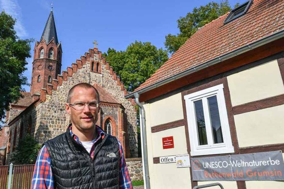 Der Bürgermeister der Stadt Angermünde, Frederic Bewer (parteilos), steht vor der Kirche im uckermärkischen Altkünkendorf