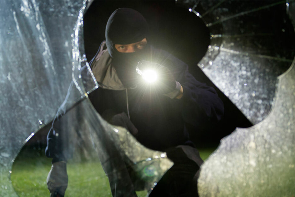 Über ein zerbrochenes Fenster gelangten die drei maskierten Männer ins Geschäft. (Symbolfoto)