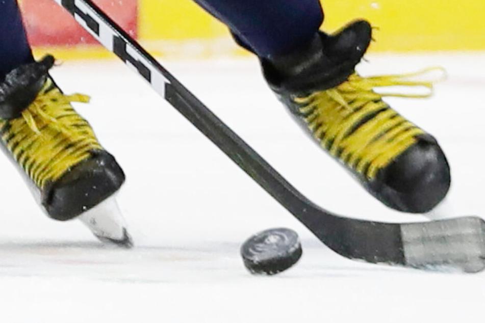 Drama beim Eishockey: Spieler mehrere Minuten auf dem Eis reanimiert
