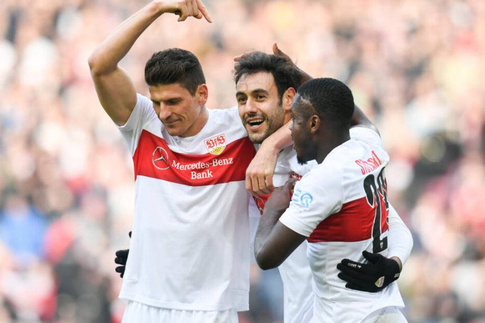 Mario Gomez (l) vom VfB Stuttgart jubelt nach seinem Tor zum 3:0 mit Hamadi Al Ghaddioui (M) vom VfB Stuttgart und Orel Mangala (r) vom VfB Stuttgart.