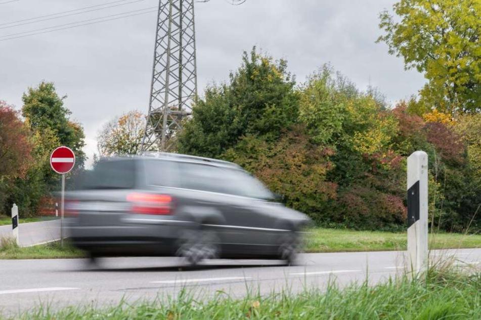 Der Wagen eines 22-Jährigen erfasste den Jagdpächter, der noch an der Unfallstelle verstarb (Symbolbild).