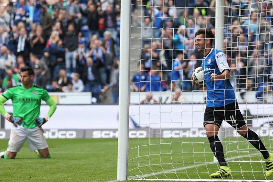 Der Bielefelder Stephan Salger (r) feiert den Treffer zum 3:2.