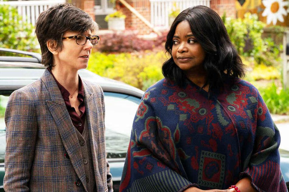 Sharon (l., Tig Notaro) und Karen (r., Octavia Spencer) leiten das Adoptionsagentur-Programm und vermitteln den Wagners ihre drei Adoptivkinder.