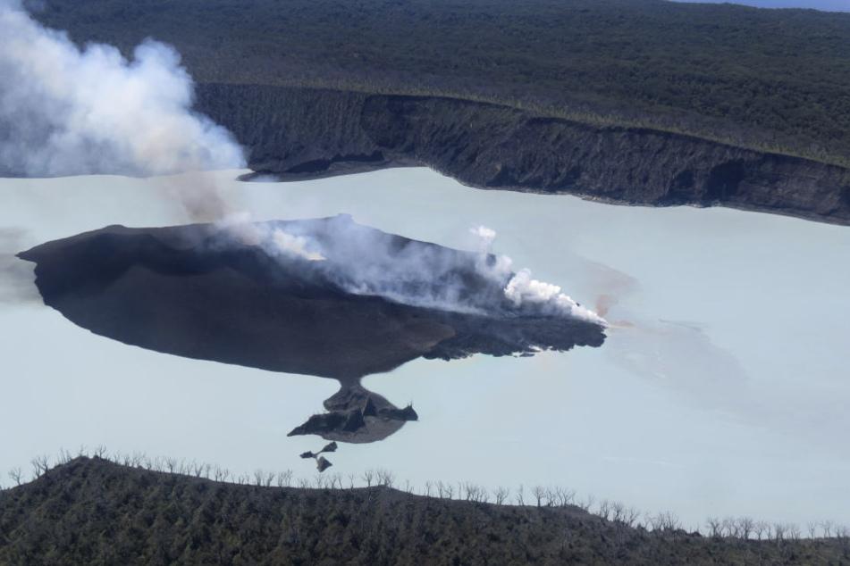 Die Luftaufnahme zeigt den Vulkan Manaro auf der Pazifikinsel Ambae, aus dem Rauch aufsteigt.