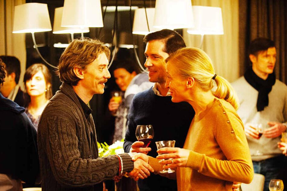 """Alexandre Guérin (M., Melvil Poupaud), seine Frau Marie (l., Aurélia Petit) und Emmanuel Thomassin (Swann Arlaud) unterhalten sich bei einem der Treffen des Opfervereins """"Das gebrochene Schweigen""""."""