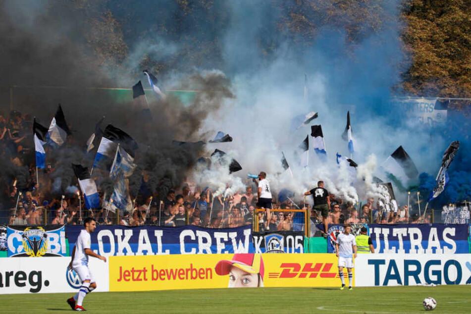 Die Tribüne wurde von den Bielefelder Ultras komplett zugeräuchert.