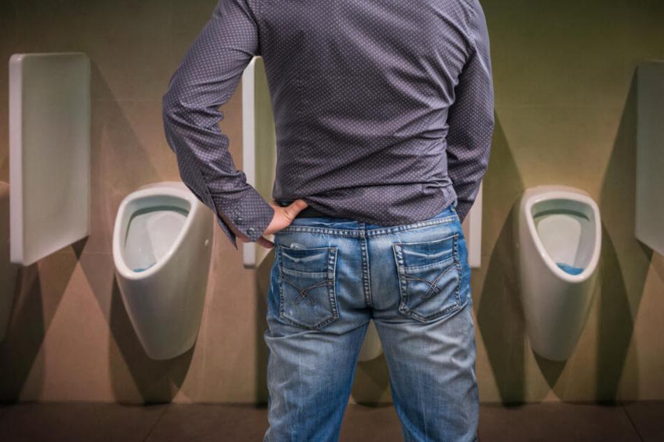 Bis zur nächsten Toilette konnte er es nicht mehr aushalten. (Symbolbild)
