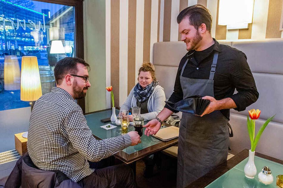 Noch gibt's was. Bis zu 400 Euro können Kellner sich dazuverdienen. Der Trend geht aber weg vom Trinkgeld-Geben.