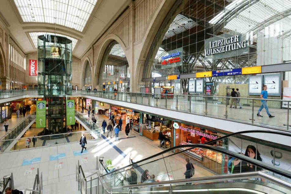 In einem Bekleidungsgeschäft in den Leipziger Hauptbahnhof-Promenaden nahmen drei Männer ebensoviele Damenjeans mit - ohne zu bezahlen.